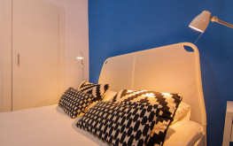 Habitación Danubio de Woohoo Hostal con un diseño moderno y una cama doble.